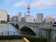 10:31 いやぁ、食った.食った。  「萬代橋」を眺めます。 今の橋は、3代目で昭和4年に完成した橋です。