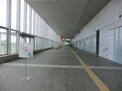 「朱鷺メッセの新潟コンベンションセンター」 平成14年12月竣工。 国際展示場・国際会議場と、万代島ビルとを繋ぐアトリウムによって構成される地上4階建のコンベンション施設です。 施設は新潟県が所有し、新潟県・新潟市・新潟万代島ビルディング・ホテル朱鷺メッセと県内主要企業などが出資する第三セクターの新潟万代島総合企画が指定管理者として運営管理を行っているそうです。  通り抜けができる通路を歩いてみましょう。