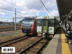 13:47 新潟から20分。 新津に到着すると、鉄道マニアの方が何やら撮影をしています。  あっ! 左の列車は‥