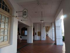 翌朝は徒歩観光から始まります。 まずはシンガポールスリングで有名なロングバー。