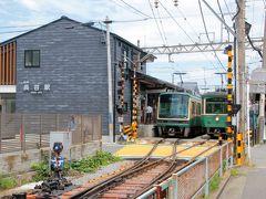 長谷駅 江ノ電は単線ですがすれ違い駅がいくつかあります。長谷もそのひとつ。ちょうど上り下りが並んだところをパチリ