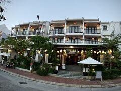 【ラルーナ ホイアン リバーサイド ホテル&スパ】  さて、ホイアンに着いて、二日目の早朝....   写真:二日目のホテルは、棟が2つに分かれていました。第一の門。