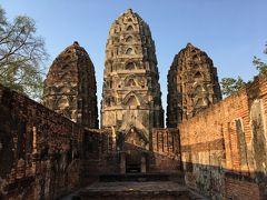 大きな三つの塔! 塔の形がカンボジアやジャワ島で見たものと何となく似ています。 宗教にも建築様式にも明るくなくて残念です。
