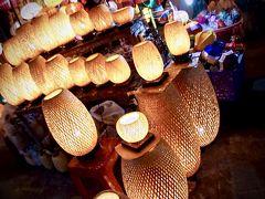 【ホイアンのナイトマーケット】  ホイアン旧市街からアンホイ橋を渡った先に広がるナイトマーケット。