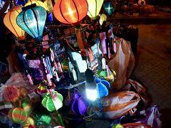 【ホイアンのナイトマーケット】  ランタンを販売するお店が入口に何軒かあり、その幻想的な雰囲気に引き寄せられます。