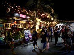 【ホイアンのナイトマーケット】  ベトナム雑貨や絵画やシャツを販売する屋台が道の真ん中にずらりと並んでおり、