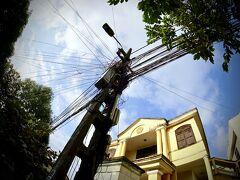【早朝のホイアンの旧市街地をぶらぶら】  おおお~!?...これこれ!!...ベトナムの都心部の光景の1つ...「ぐちゃぐちゃ電線」....