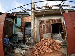 【早朝のホイアンの旧市街地をぶらぶら】  家(民家)を工事中(いや、建設中)でした。