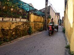 【早朝のホイアンの旧市街地をぶらぶら】  さて、細道をどんどん進んでみます。