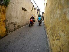 【早朝のホイアンの旧市街地をぶらぶら】  なんか、この辺りの家づくりや色合いは....   写真:この街...バイク最悪!!音とガスの出ないバイクを導入してほしいぞ~!
