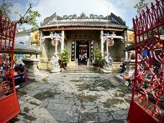 【ホイアン旧市街地のお寺】  中国式(良く香港とかで見るやつ)の、ど派手系が多い気がします。