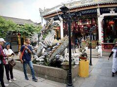 【ホイアン旧市街地のお寺】  「龍」がドヒャァ~っていう、なんだか刺々しいやつです。  写真:なぜか、ムスリムの方がたくさんいました...