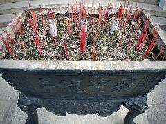 【ホイアン旧市街地のお寺】  文武廟という名前が多く、文武両道の神様が祀られたお寺。
