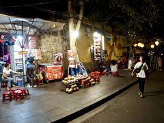 【ホイアン旧市街地、夜を歩く】  まあ、観光地なんで、観光客で溢れるのは、賑やかで、嫌いではないですが....