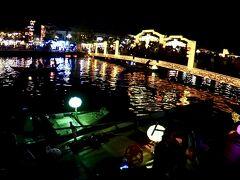 【ホイアン旧市街地、夜を歩く】  そこに見える「アンホイ橋」は、中国語や韓国語を喋る観光客で溢れていました....