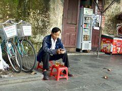 【朝一からホイアンの旧市街地を徘徊】  道端のレンタルチャリンコ屋のおじさんは朝早いですが、暇そうです...