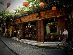 【朝一からホイアンの旧市街地を徘徊】  閉まっていた雨戸(?)を開くと、中からおサレな喫茶店が次々にご登場。