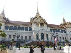 宮殿の前へ。こちらの宮殿はイタリア人建築家の設計らしく、タイとヨーロッパの見事な融合の建築物です。