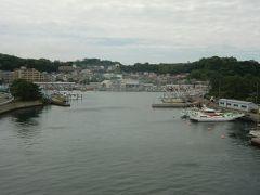 柴漁港の正面にある八景島駅と対岸架かる歩道橋から港と周辺が眺められる。TAIRAYA八景島店の看板も見えるが写真で見つけられるだろうか。