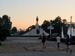 <ルンピニ公園>  1/5(日)6:50ホテル出発。 今朝はWバンコクとマハナコンまでの往復モーニングラン。  ルンピニ公園は昨日1周したので通過。 公園の銅像の左奥に小さく朝日が見えました。  元旦から5日連続。 毎日5km以上走っています!