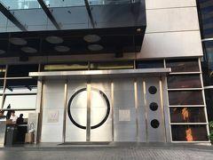 <Wバンコク>  ホテル入口のドア、ランニング姿だとちょっと入りにくいな。 でも入らないと下見の意味がない。  入口にいたドアマンに 「今度泊まりたいと思っているの」と言って入りました。 まあ、言わなくても入れますが一応なんとなく(^^)