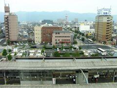 ホテルからの眺め。 駅のホームが見える。  スーパーホテルは朝6時半から朝食食べられるのが良かった。