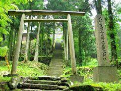 近くにはいい感じに苔むした石段のある神社がありました。 急な階段が上までずっと続いてるのを見て上るのはやめておきました。