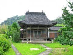 こじんまりとしたお寺だけど屋根瓦が立派。