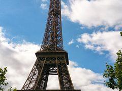 エッフェル塔は、青い空に映える。
