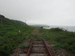 ここが苫小牧側の線路。ここから様似方へ数百mに渡って、線路や路盤どころか地盤から侵食されてただの砂浜になってますよ。  https://youtu.be/pjR9EY0HRWY  ( ´-д-)酷い。酷すぎる。  道で離岸堤を整備していれば護れてたかも知れないのに。