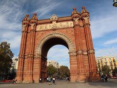 さて、ところ変わって、「シウタデリャ公園」の北西部にある威風堂々としたこの凱旋門は、高さ30mのムデハル様式の建造物です。モデルニスモではありませんが、朱色のレンガ造りでとても美しい建造物なので登場してもらいました。 この凱旋門は、フランスの凱旋門のような軍事的な意味合いは全くなく、1888年にバルセロナで開催された万国博覧会のメインエントランスとして、建築家「ジョゼップ・ヴィラセカ・イ・カサノヴァス」によって設計されたモニュメントです。当初、フランスの「エッフェル」がバルセロナ当局に有名な塔を提案したそうですが、バルセロナはこの凱旋門を採用したそうです。一つ間違えば、バルセロナにエッフェル塔が建っていたかもなんですね(笑) 今も、当時の万博のメイン会場だった「シウタデリャ公園」への入口にデーンと建っています。