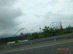 途中で右側に富士急ハイランドを見ながら走ります