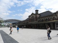 途中、高鐵を使って台中に移動。 手前の荘厳な駅舎は既に使用されておらず、奥の近代的な駅舎が使われていた。