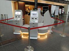 羽田空港第1ターミナルに着きました。チェックインカウンターはソーシャルディスタンスを保って半分くらい稼働です。