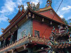 青空に映えまくるやん…! アジアの寺院の特徴なのか、廟の正面にでかい電光掲示板がビカビカしてましたw