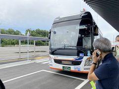 ターミナル内に熊本市街までのリムジンバスのチケットが買えるKIOSKもありましたが、Suica等の交通ICカードが使えると言う事でそのままバス停へ。 飛行機もほぼ定刻でしたので予定通りの時間のバスに。