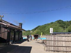 白米千枚田から5、6分進むと道の駅があります。 塩田の作業が見学できるので、寄ってみました。