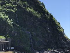 海岸線を更に進んで、滝の水が直接海に注ぎ込むのが珍しいとされる「垂水の滝」。 珍しいかもしれませんが、滝自体にあまり迫力はありません。 手前の町野川の河口から、この垂水の滝までが曽々木海岸と言うのだそうです。