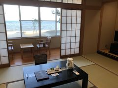 17:00少し前に、「のとじ荘」に到着。 温泉宿なので和室を予約しました。 部屋から海が眺められ、窓を開けると波の音とともに気持ちのいい風が入ってきます。 また、珠洲市の能登空港利用助成とレンタカー利用者宿泊助成を利用することで、2人で5,000円安くすることができました。