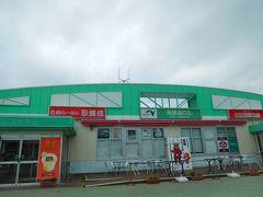 上信越道 東部湯の丸サービスエリアで休憩。 駐車場は閑散としており、サービスエリア内の店舗もレストランやイートインのパン屋の営業再開は6/27(金)からだとか。