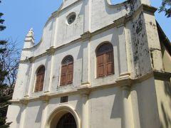 公園を抜けると、白い外壁が青空に映える「聖フランシス教会」が見えてきます。  旧市街の地区は「フォート・コーチ」と言われていて殆どの歴史的建造物が集約されています。 ポルトガル・オランダ・イギリスなどのかつての支配国の特色が融合した独特の文化が残っているエリアです。