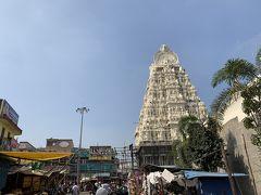 白亜の巨大ゴープラムが目印の、ワラダラージャ寺院からスタート。