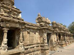 カーンチープラム最後は、打って変わって郊外にたたずむカイラーサナータ寺院。