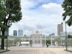 東京都港区元赤坂『迎賓館赤坂離宮』の写真。  観光客の姿はありません。  「正門」の奥にあるガーデン内の噴水は高々と上がっています。 私たちは右手にオープンしたカフェ「迎賓館赤坂離宮前休憩所」に やってきました。