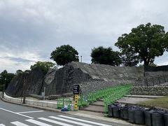 熊本城公園の北側までやって来ました。 この辺りの石垣もあちこちが修復中。 熊本地震の被害の凄さを物語ります。