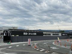 こちらが現在使われている熊本空港の国内線仮設ターミナル。 こう見ると仮設感ハンパない。