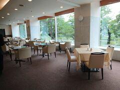 """東京・市ヶ谷『アルカディア市ヶ谷』  ラウンジ【スリーゼ】の写真。  ランチタイムは会社員の方が多く訪れていました。  """"スリーゼ""""は、フランス語で桜並木の意味。 眼前に桜並木が広がるくつろぎの空間です。 昼にはお茶とパティシエ自慢のケーキを、夜には美味しいお酒を、 親しいお仲間と、お待ち合わせや、ご歓談にご利用ください。  <営業時間> ( 平   日 )  9:00~17:00 / 17:00~21:00 (土・日・祝) 9:00~17:00 / 17:00~20:00  https://www.arcadia-jp.org/restaurant/cerisaie/"""