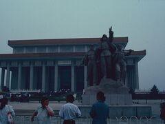 ◆ミイラ  長蛇の列を並んで、やっと見た毛主席はミイラのようだった。 中国人民が、毛主席の前では無駄話をやめていたのには驚いた。