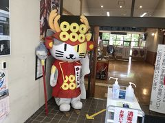 上田城から、小布施に向かう途中に、ゆきむら夢工房があったので立ち寄りました。 「ゆきちゃん」の、お出迎えです。 上田名物の、くるみゆべしを購入しました。