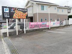 基地に近付いて来ました。 こちらは近くのドミノピザです。 英語の広告もあります。
